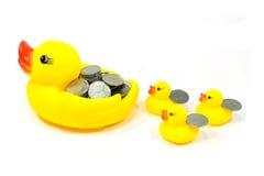橡胶鸭子和硬币 免版税库存图片
