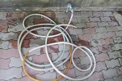 橡胶水管和老龙头 免版税库存照片