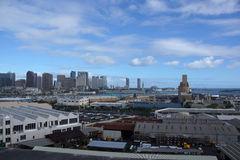 檀香山口岸和街市地平线的鸟瞰图 免版税图库摄影