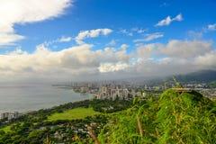 檀香山和威基基靠岸看见从金刚石头火山口 免版税图库摄影