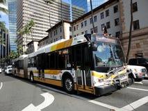 檀香山市公共汽车,国家明确,在繁忙的主教街道上 免版税图库摄影