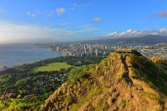 檀香山看法和威基基使从金刚石头峰会的区域靠岸  免版税图库摄影