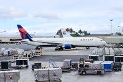 檀香山,夏威夷,美国- 2016年5月31日:在檀香山国际机场的三角洲航空器 免版税库存图片