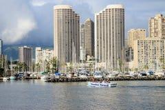 檀香山,夏威夷,美国- 2016年5月30日:游艇靠码头在丙氨酸Wai小船港口 库存照片