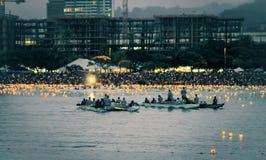 檀香山,夏威夷,美国- 2016年5月30日:阵亡将士纪念日灯笼浮动节日举行在丙氨酸Moana海滩尊敬已故亲人 免版税库存图片