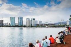 檀香山,夏威夷,美国- 2016年5月30日:阵亡将士纪念日灯笼浮动节日举行在丙氨酸Moana海滩尊敬已故亲人 图库摄影