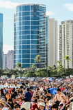 檀香山,夏威夷,美国- 2016年5月30日:阵亡将士纪念日灯笼浮动节日举行在丙氨酸Moana海滩尊敬已故亲人 库存图片