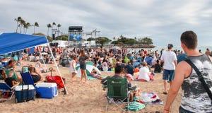 檀香山,夏威夷,美国- 2016年5月30日:阵亡将士纪念日灯笼浮动节日举行在丙氨酸Moana海滩尊敬已故亲人 免版税库存照片