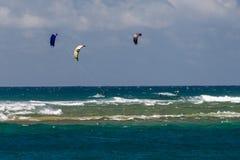 檀香山,美国- 2014年8月, 14 -人们获得乐趣在与kitesurf的夏威夷海滩 免版税图库摄影