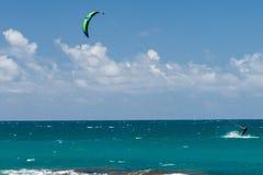 檀香山,美国- 2014年8月, 14 -人们获得乐趣在与kitesurf的夏威夷海滩 库存照片