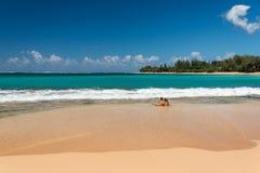 檀香山,美国- 2014年8月, 14 -人们获得乐趣在夏威夷海滩 免版税库存图片