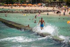 檀香山,美国- 2014年8月, 14 -人们获得乐趣在夏威夷海滩 库存图片