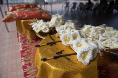 檀香木花或人造花,在葬礼期间将安置在火葬站点或使用的种类木花 库存照片