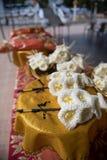 檀香木花或人造花,在葬礼期间将安置在火葬站点或使用的种类木花 免版税库存图片