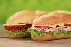次级三明治用蒜味咸腊肠和火腿 免版税库存图片