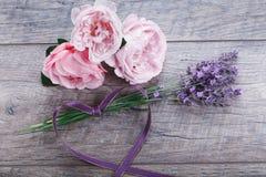 欢乐与丝带,在木背景,土气样式的淡紫色的花英国玫瑰构成 顶上的顶视图 免版税库存图片