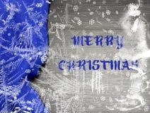 欢乐与明亮的蓝色桌布的圣诞节假日冬天宽背景在传统颜色包括闪耀的雪花  免版税库存照片
