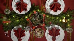 欢乐与蜡烛和诗歌选的圣诞节红色桌设置 股票视频