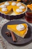 欢乐与被鞭打的奶油、香料和茶的感恩自创南瓜饼 免版税库存图片
