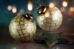 欢乐古色古香的圣诞节球 免版税库存图片