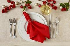 欢乐圣诞节假日桌设置餐位餐具晚餐同水准 库存照片