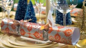 欢乐圣诞节午餐桌关闭在薄脆饼干好的妙语好的妙语 库存图片