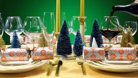 欢乐圣诞节午餐桌,倾吐的酒 库存图片