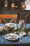 欢乐圣诞节和新年制表在斯堪的纳维亚样式的设置与在自然和白色口气的土气手工制造细节 库存图片