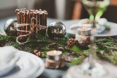 欢乐圣诞节和新年制表在斯堪的纳维亚样式的设置与在自然和白色口气的土气手工制造细节 免版税库存图片