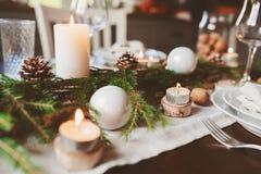 欢乐圣诞节和新年制表在斯堪的纳维亚样式的设置与在自然和白色口气的土气手工制造细节 免版税库存照片