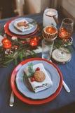 欢乐圣诞节和新年制表在红色和灰色口气的设置 用餐庆祝的地方与手工制造土气细节 免版税库存照片