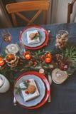 欢乐圣诞节和新年制表在红色和灰色口气的设置 用餐庆祝的地方与手工制造土气细节 库存图片