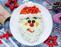 欢乐圣诞节和新年开胃菜分层了堆积沙拉被塑造的Sa 免版税库存照片