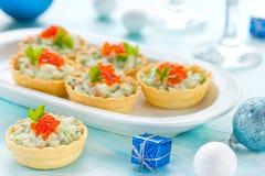 欢乐圣诞节开胃菜果子馅饼充塞了用三文鱼沙拉a 免版税图库摄影
