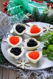 欢乐圣诞节开胃菜果子馅饼用鱼子酱 免版税库存照片