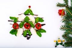 欢乐圣诞节开胃菜caprese沙拉塑造了圣诞树 免版税库存照片