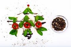 欢乐圣诞节开胃菜caprese沙拉塑造了圣诞树 免版税库存图片