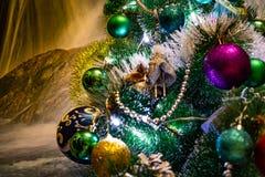 欢乐圣诞节构成、装饰在圣诞树,礼物盒,包装和闪亮金属片和银色小珠 玩具和deco 免版税库存图片