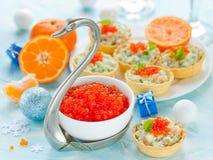 欢乐圣诞节桌用茶点-在碗的红色鱼子酱 库存图片