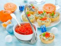 欢乐圣诞节桌用茶点-在碗的红色鱼子酱 库存照片