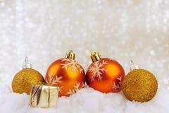 欢乐圣诞节球,有礼物的小盒子在雪 库存图片