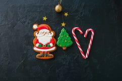 欢乐圣诞节背景,与圣诞老人,冷杉t的图象的曲奇饼 库存图片