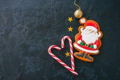 欢乐圣诞节背景,与圣诞老人,糖果的图象的曲奇饼 免版税库存照片