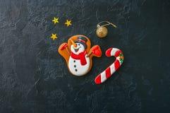 欢乐圣诞节背景,与雪人的图象的曲奇饼,能 库存图片