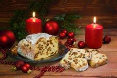欢乐圣诞节蛋糕,德语criststollen用葡萄干和alm 免版税库存照片