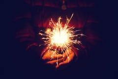 欢乐圣诞节闪烁发光物在手中 图库摄影