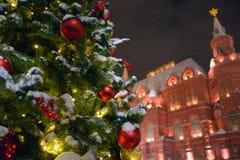欢乐地装饰的圣诞树 库存图片