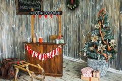 欢乐地装饰的圣诞节内部 库存照片