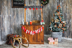 欢乐地装饰的圣诞节内部 免版税库存图片