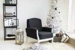 欢乐地装饰的圣诞节内部 免版税图库摄影